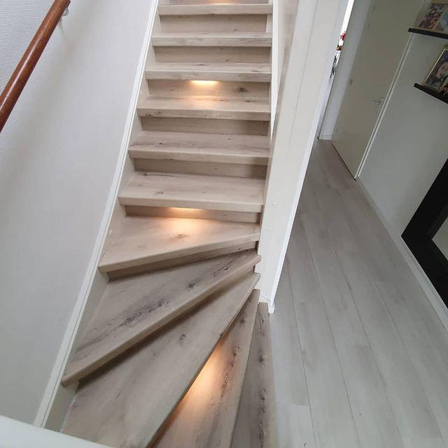 Ambra PVC overzettreden geven de trap een unieke renovatie omdat er niet gewerkt hoeft te worden met profielen.
