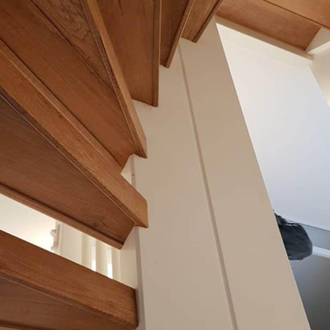 Een open trap is ook rondom te bekleden met laminaat traprenovatie.